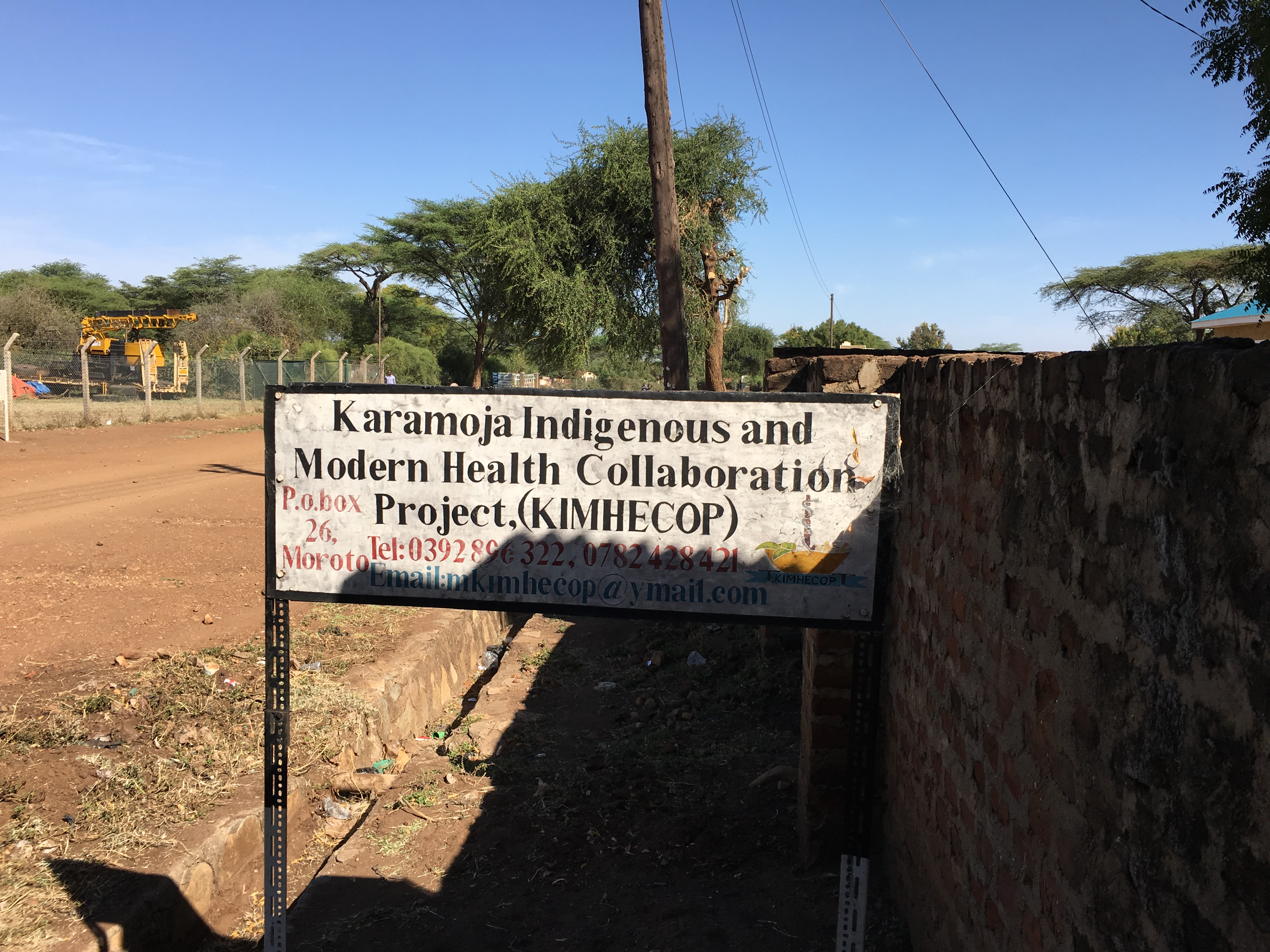 Skiltet foran KIMHECOPs kontor i Karamoja, Uganda